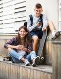 Détente adolescente avec des téléphones portables Image stock