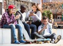 Détente adolescente avec des téléphones portables Photographie stock