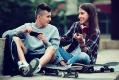 Détente adolescente avec des téléphones portables Photo libre de droits
