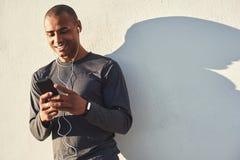 Détente après séance d'entraînement Portrait haut étroit de l'athlète africain gai faisant une pause et causant avec le moment d' image libre de droits