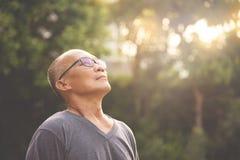 Détente asiatique d'homme supérieur de bonheur Photographie stock