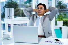 Détente asiatique réfléchie d'homme d'affaires Photos stock