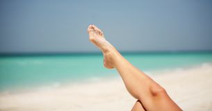 Détente au Dubaï sur la plage images libres de droits