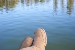 Détente au lac Images stock
