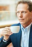Détente avec la tasse de café frais. Photo stock