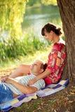 Détente d'une cinquantaine d'années heureuse de couples Photo libre de droits