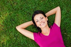 Détente dans l'herbe Photo libre de droits