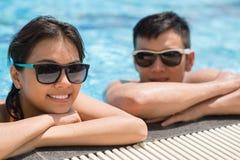 Détente dans la piscine de station de vacances Photos libres de droits