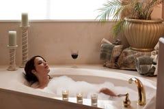 Détente dans le bain Image libre de droits