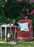 Détente dans le jardin de roses avec un livre Images libres de droits