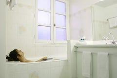 Détente dans un bain image libre de droits