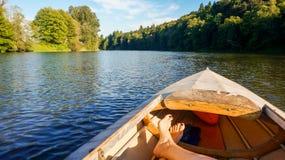 Détente dans un bateau sur une rivière photo stock