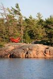 Détente dans un hamac rouge dans la région sauvage canadienne Photo stock