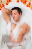 Détente de bain d'homme Photographie stock