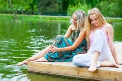 Détente de deux jeunes femmes Image libre de droits