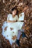 Détente de lecture de femme de beauté photographie stock libre de droits