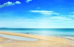 Détente de marche de couples sur la plage Huahin photographie stock
