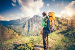 Détente de voyageur de jeune homme extérieure avec des montagnes sur le fond Photos stock