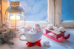 Détente en bonhomme de neige chaud de cacao fait de guimauves pour Noël photographie stock libre de droits
