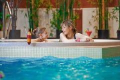Détente en piscine Image libre de droits