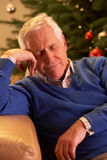Détente fatiguée d'homme aîné Photographie stock libre de droits