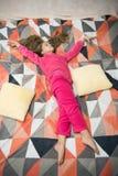 Détente fatiguée de bébé Pyjamas et vêtements pour la maison Pyjamas et textile de chambre à coucher L'enfant apprécient des lois image libre de droits