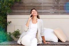 Détente heureuse de femme plus âgée extérieure et parler au téléphone portable images libres de droits