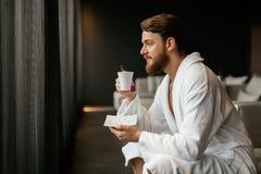 Détente masculine tout en buvant du thé images stock