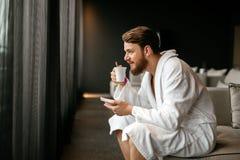 Détente masculine tout en buvant du thé photo libre de droits
