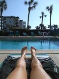 Détente par la piscine la Floride décembre Photographie stock