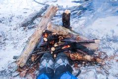 Détente par le feu de camp en hiver - la femme dans la hausse rejette le warmi Photo libre de droits