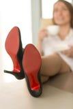 Détente pour le concept fatigué de jambes de femmes d'affaires Photographie stock libre de droits