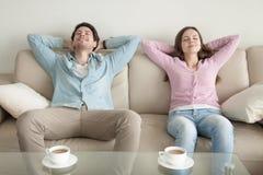 Détente se reposante heureuse de jeune homme et de femme avec des yeux fermés photos libres de droits