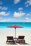 Détente sur la plage à distance avec le ciel bleu Photos libres de droits