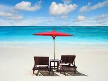 Détente sur la plage à distance avec le ciel bleu Images libres de droits