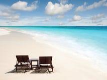 Détente sur la plage à distance avec le ciel bleu Image stock