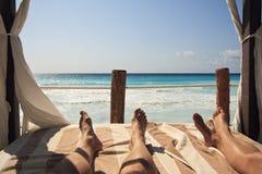 Détente sur la plage dans Cancun images stock