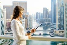 Détente sur un balcon avec une vue Photo stock