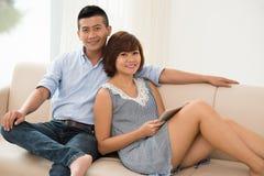 Détente sur un sofa Photo libre de droits