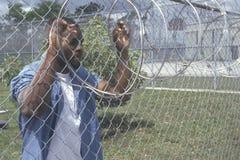 Détenu à la frontière de sécurité de barbelé Image libre de droits