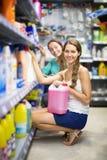Détergents de achat de personnes dans le centre commercial Images stock