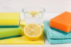 Détergents et accessoires naturels et favorables à l'environnement pour la maison de nettoyage, concept de fonctions de ménage image stock
