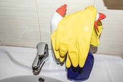 Détergents et approvisionnements modernes de nettoyage et de lavage sur l'évier de salle de bains photo stock