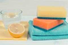Détergents naturels avec des accessoires utilisant à la maison pour nettoyer, fonctions de ménage image libre de droits