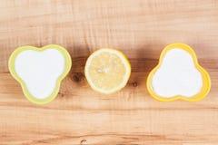 Détergents naturels pour nettoyer différentes surfaces, concept de fonctions de ménage photos stock