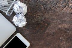 Détritus de papier chiffonnez le papier tombant dans le bac de recyclage, a été jeté à la poubelle de panier en métal, papier de  photos stock