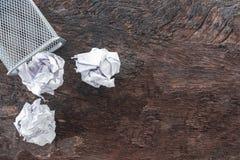 Détritus de papier chiffonnez le papier tombant dans le bac de recyclage, a été jeté à la poubelle de panier en métal, papier de  images stock