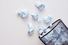 Détritus de papier Chiffonnez le papier tombant dans le bac de recyclage images libres de droits