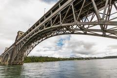 Détroits de Menai et le pont de Britannia de dessous photographie stock