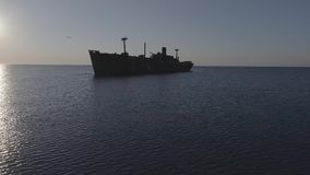 Détruisez sur la mer calme au lever de soleil clips vidéos
